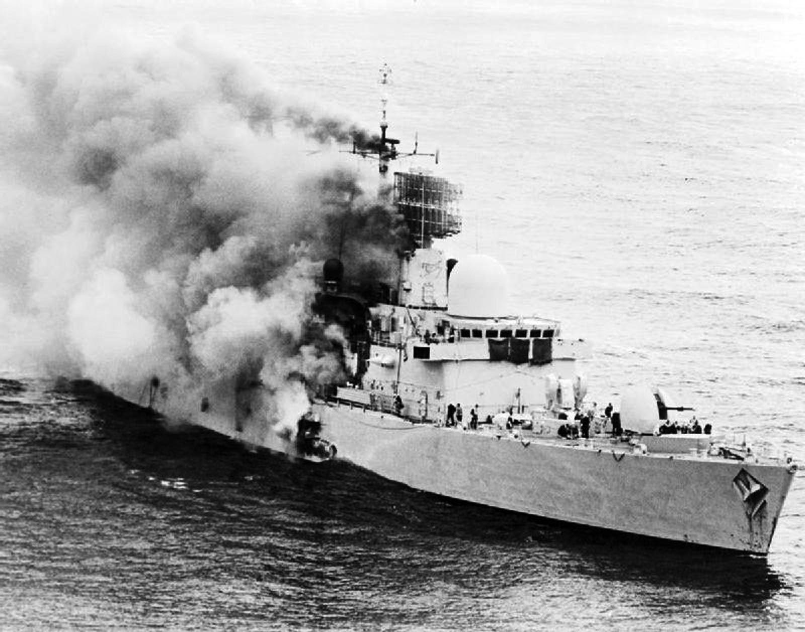 Le HMS Sheffield en proie aux flammes.