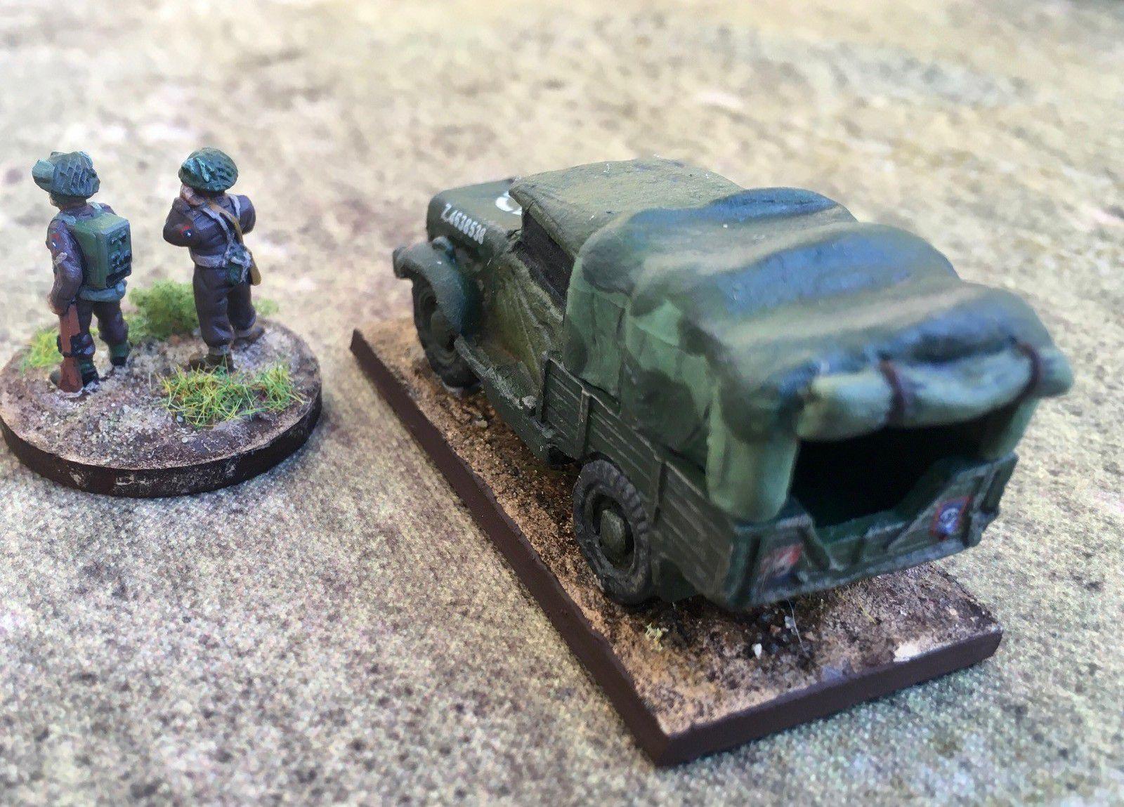 Un FAO du 153rd (Leicestershire Yeomanry) Field Regiment, Royal Artillery, avec un camion Bedford pour le véhiculer.