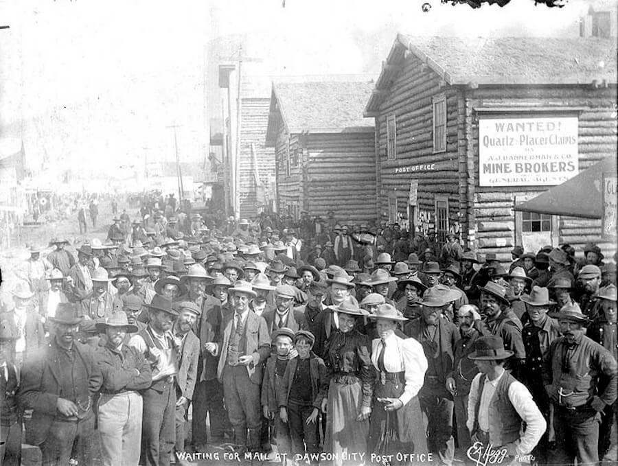 Hommes et femmes attendant l'arrivée du courrier devant le bureau de poste de Dawson City en 1899 ©Eric A. Hegg