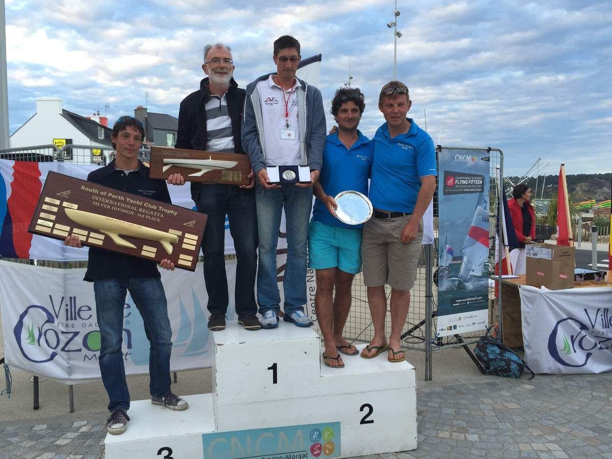 L'équipage YCPF ayant pour Skipper Christian HARDY sur la 1ère marche du podium du classement des Silver