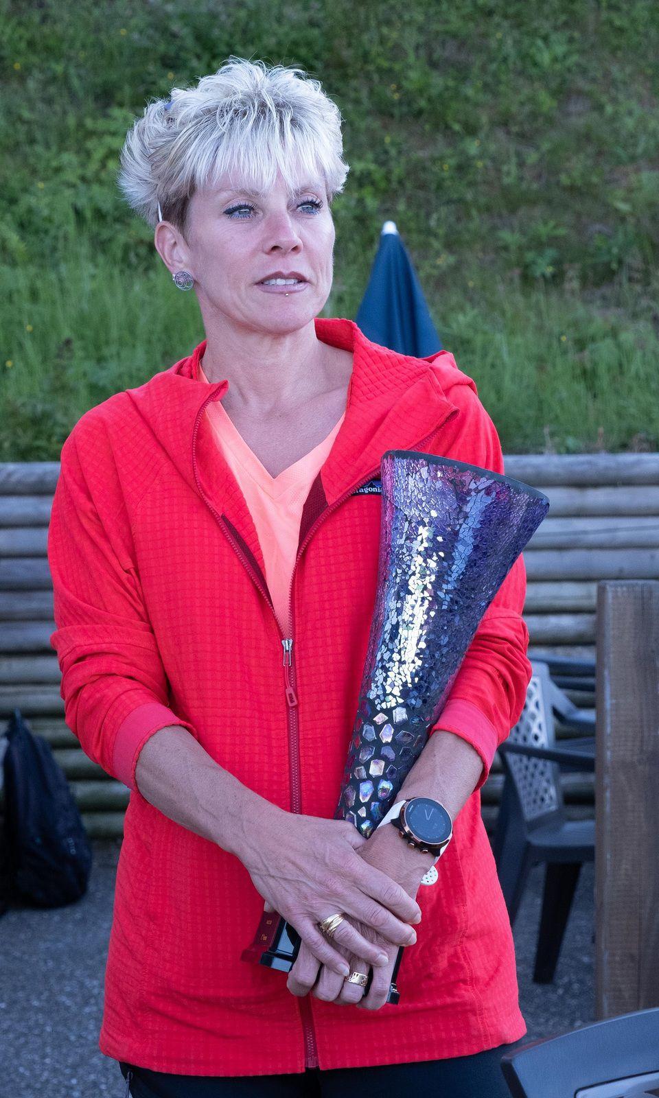 Olivier Cabrera, vainqueur de la première édition, remettant leur coupe aux vainqueurs Femme et Homme  ---  Photos : David ANTOINE