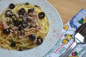 Spaghetti au thon, câpres et olives noires
