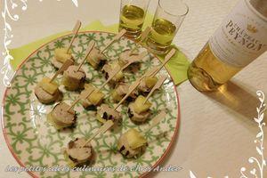 Brochettes d'ananas et de boudins blancs cuits dans la poêle grill en fonte Skeppshult