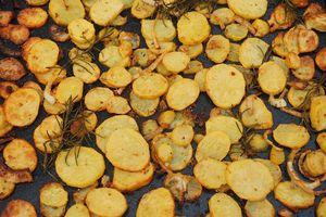 Pommes de terre et légumes rotis