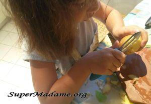 La potée au chou, une recette pour apprendre aux enfants à éplucher les légumes
