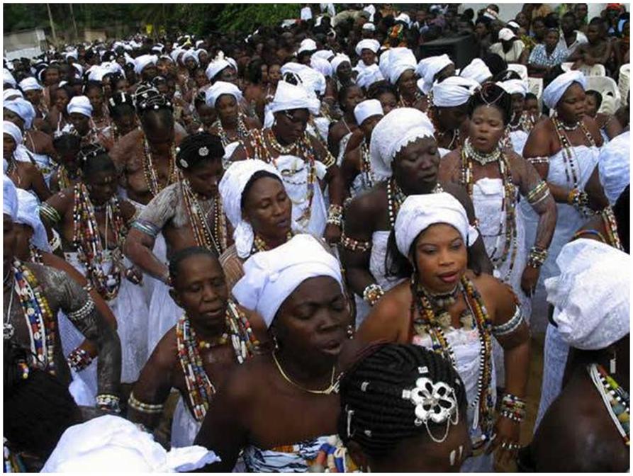 C'est le jour du grand rassemblement. Les Guin, leurs proches et amis, les chercheurs, les curieux, les invités, les autorités, etc. assistent à la cérémonie de la prise de la pierre sacrée. Les adeptes des différentes divinités guin chantantent et dansent.