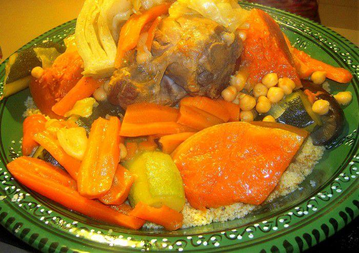 Présentation du couscous marocain à l'agneau et légumes.