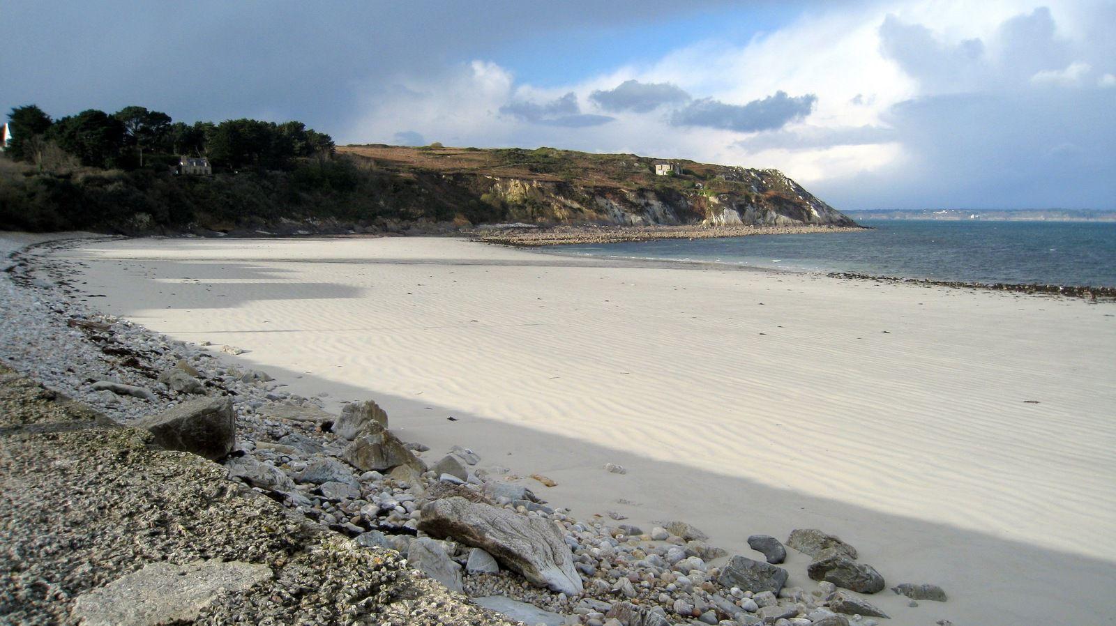 Camaret-sur-mer, incroyable jolie plage de sable blanc au centre-ville.