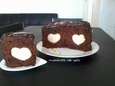 Rajuster les côtés et couper un peu autour s'il le faut. La ganache:  Mettre à chauffer la crème liquide et y faire fondre le chocolat (à feu doux en remuant). Retirer du feu et laisser refroidir complètement auréfrigérateur puis battre cette crème avec le beurre mou jusqu'à l'obtention d'un glaçage homogène et crémeux. Décorer le gâteau, réserver  au frais et servir au dessert.