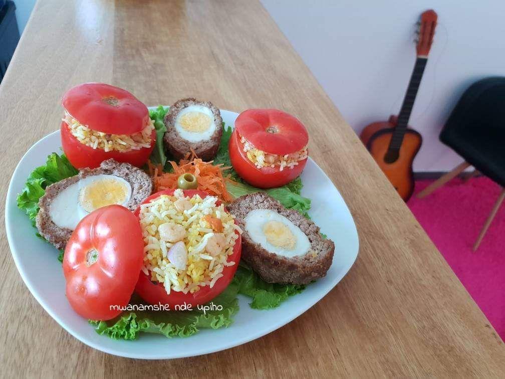 Tomates farcies de riz aux crevettes et oeufs écossais