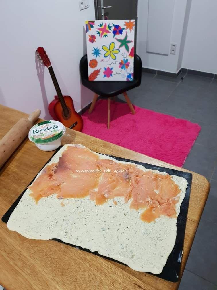 Preparation: Etaler finement la pâte en rectangle, couvrir de Rondelé ou St Moret à l'aide d'une cuillère, disposer le saumon fumé sur la moitié de la pâte dans le sens de la longueur, verser quelques gouttes de citron sur le saumon.