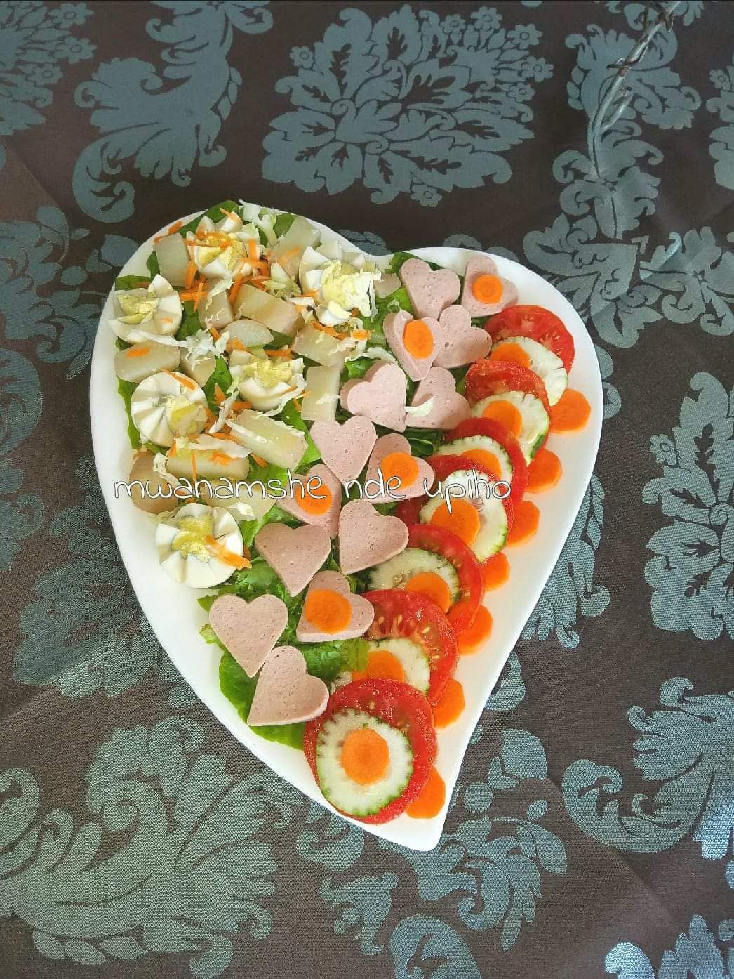 Salade avec mortadelle en coeur