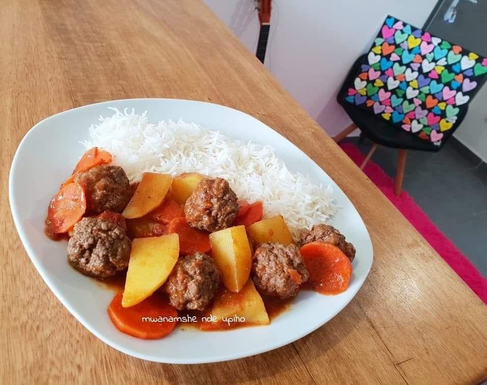 Riz et sauce de boulettes de viande carottes et pdt