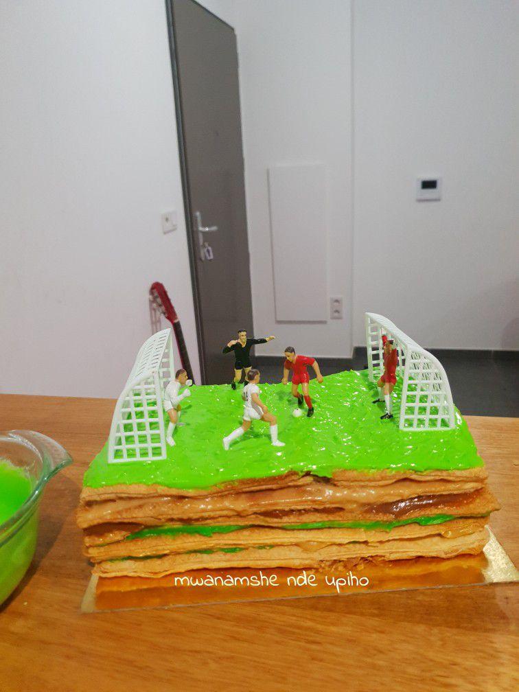 Le gâteau c'est un Millefeuilles doublé, au pistache caramel et caramel beurre salé que j'ai décoré dessus en stade de foot avec joueurs, arbitre, balon, gardiens de but et filets pour un effet 3D spécial 😍