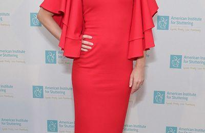 Emily Blunt semble rayonnante en robe rouge au Gala de charité