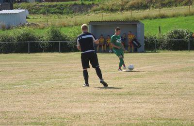 Florian Meyvisch met le ballon en jeu.