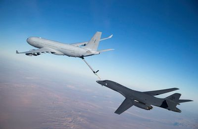 PHOTOS - Quand un KC-30A MRTT australien ravitaille en vol un B-1B Lancer de l'US Air Force