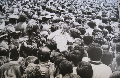 """ LES GENS SONT MÈCHANTS"" - A gente é ruim - People are bad-"
