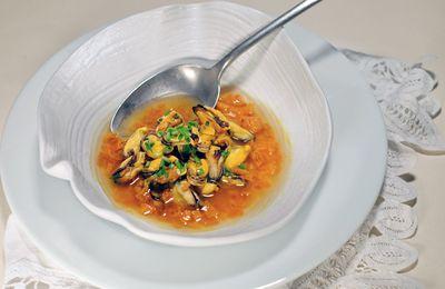 Bouillon de poulet épicé, moules de bouchot et potiron