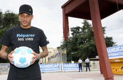 #Sport : #Neymar ambassadeur Handicap International jongle sur une chaise géante à #Genève