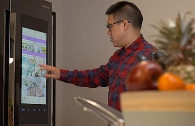 Whoolworths et Samsung crée le réfrigérateur connecté : un family ''hub'' qui gère vos courses en ligne.
