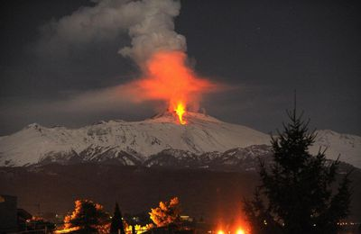 The Piton de La Fournaise stops and the Etna makes its show !