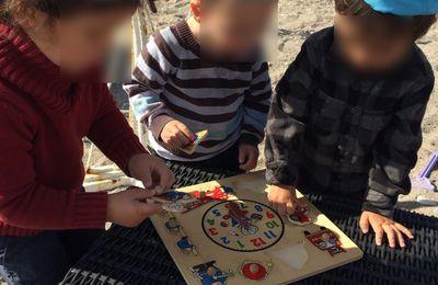 Nos petits bouts jouent à la plage au puzzle