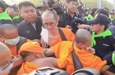 Affrontements entre moines et policiers devant le temple de Dhammakaya