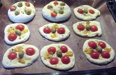 Petits pains aux olives et mini-pizza tomates-olives