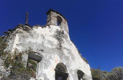 Une église en ruine à 1500 m dans le Queyras qui m'en rappelle une autre en Bolivie à 5100 mètres