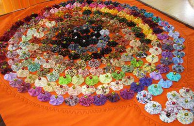 je ne savais que faire de tous les yoyos, alors jai fais un patch mon mari a collé des perles au milieu