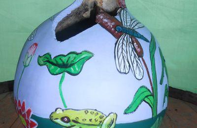 Le marais : grenouilles, nénuphars, roseaux, libellules,