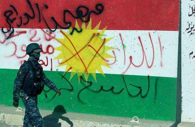 Kirkuk, une affaire irakienne ou les difficultés des États-Unis à imposer leur hégémonie ? Les forces spéciales irakiennes, soutenues par des milices pro-iraniennes et par des factions kurdes, ont repris Kirkuk, zone riche en pétrole, des mains des kurdes. Un nouveau casse-tête pour les Américains dans la région. Kirkuk, une affaire irakienne ou les difficultés des États-Unis à imposer leur hégémonie ?  Philippe Alcoy mardi 17 octobre  0   L'offensive sur Kirkuk lancée dimanche soir par les forces armées du gouvernement central irakien a abouti lundi 16 octobre. Les forces irakiennes sont entrées dans la ville, ont enlevé les portraits de Massoud Barzani, leader kurde, et posté à nouveau le drapeau irakien dans la ville. Plus important, les forces de Bagdad se sont rapidement emparées de postes militaires stratégiques et de puits de pétrole.  En effet, Kirkuk était sous contrôle kurde depuis 2014, quand l'armée irakienne s'est retirée de la ville face à l'avancée de Daesh. A l'époque ce sont les peshmergas kurdes qui ont assumé la défense de cette ville majoritairement kurde face à un danger d'invasion par Daesh. Le gouvernement du Kurdistan irakien a pris en charge également la gestion des ressources naturelles de cette région très riche en pétrole.  Cette situation était acceptée aussi bien par les États-Unis que par le gouvernement central irakien. La priorité était de contenir l'avancée de Daesh dans la région. Cependant, le recul de Daesh en Syrie et en Irak a commencé à mettre en avant la question du « partage du butin » repris à l'organisation islamiste. C'est ainsi que la question du contrôle de Kirkuk est devenue de plus en plus un point d'achoppement entre Bagdad et Erbil, capitale du Kurdistan irakien.  Cependant, ce qui a accéléré les tensions a été le référendum sur l'indépendance du Kurdistan irakien réalisé le 25 septembre dernier. Erbil comptait inclure dans le territoire du nouvel État Kurde Kirkuk, qui ne fait pas partie de la région autonome recon
