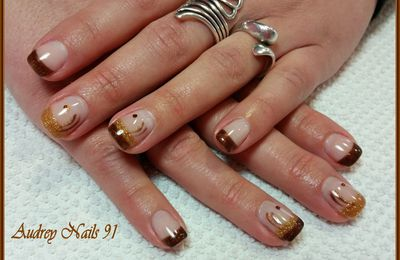 Nail art marron glacé + scintillant bronze + strass marron