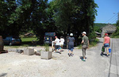 Désherbage de chemins à Rignat et nettoyage de la Grande Fontaine de Charinaz
