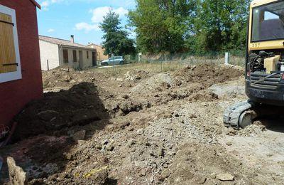 Les tranchées réseaux et le remblai des terres autour de la maison