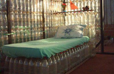 Des maisons construites avec des bouteilles en plastique...