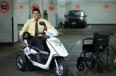 Personas con discapacidad: No puede caminar, pero maneja moto eléctrica Ejemplo de superación: Técnico en Informática no puede caminar, pero maneja una moto eléctrica, adaptada a sus necesidades.