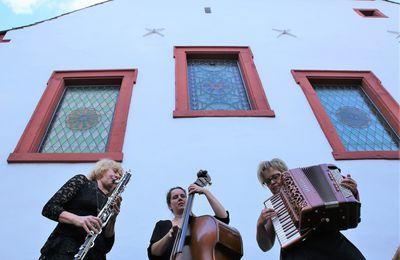 Klezmers Techter begeisterten 135 Zuhörer beim 3. Sommerkonzert im Veitshöchheimer Synagogenhof