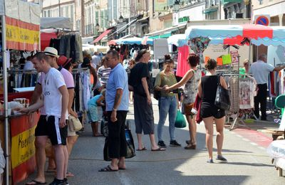 Pas la foule au premier marché de l'été.