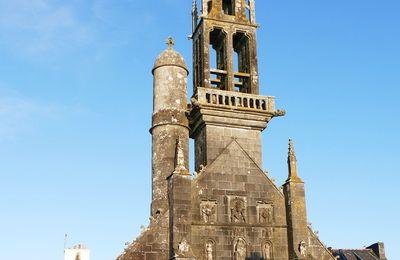 Sculpture sur pierre de l'église de l'Hôpital-Camfrout : les gargouilles et crossettes du clocher,  et la façade.