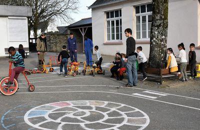 Le retour des vélos - réparés - à l'école maternelle du bourg de Penhars