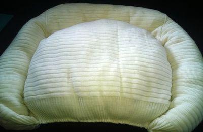 Recycler un pull-over en lit douillet pour chien ou chat