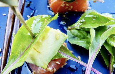 Brochettes saumon-avocat, jeunes pousses de betterave