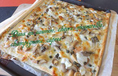 Pizza chèvre, saumon fumé, champignons, câpres, mozzarella