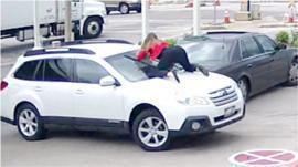 Lorsque des femmes temeraires sautent sur le capot d'une voiture pour arrêter des voleurs - 2 Videos