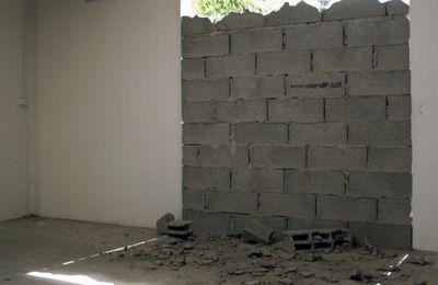 Squat. Et personne ne m'empêchera plus de regarder les nuages, installation in situ, moellons, ciment, gravas, véranda obstruée. 2,5 x 3m.  Résilience, Omnibus, 2013