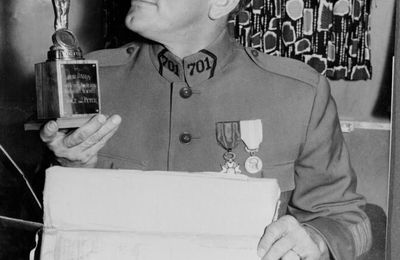 C'est son anniversaire , pas celui de sa mère : Le colonel DAX fête son centenaire !
