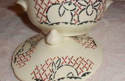 Une jolie soupière ancienne de dinette, thème : les petits lapins