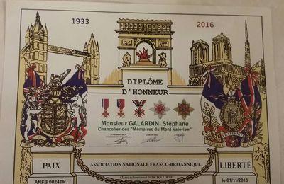 """Le Président national de l'UGF, Chancelier des """"Mémoires du Mont-Valérien"""", reçoit le diplôme d'honneur de la """"Franco-Britannique""""."""